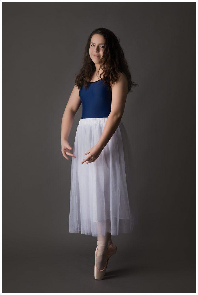 teen ballet dancer en pointe